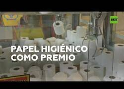 Enlace a Un salón de maquinas recreativas premia con papel higiénico