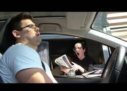Enlace a Se queda dormido en el Mc Auto [CÁMARA OCULTA]