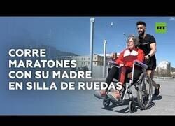Enlace a Un joven corre maratones con su madre en silla de ruedas