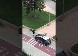 Enlace a Un policía baila los cantajuegos para animar a la gente desde sus casas