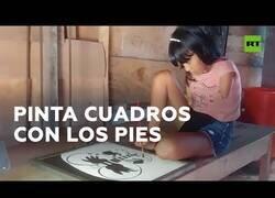 Enlace a Una niña sin brazos dibuja cuadros con los pies