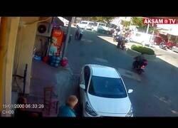 Enlace a Un hombre es atropellado por la misma moto dos veces