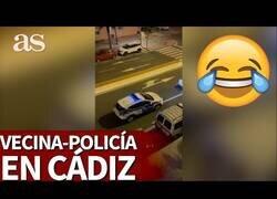 Enlace a El vacile de un policía con los vecinos de Cádiz