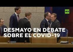 Enlace a El ministro de salud de Países bajos se desmaya en pleno debate sobre el coronavirus