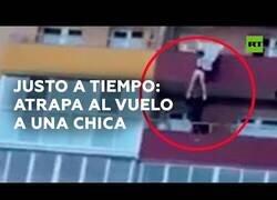 Enlace a Atrapa al vuelo a una chica que se había precipitado desde un 15° piso