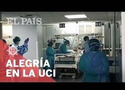 Enlace a Aplausos en la UCI al quitarle la respiración asistida a un paciente de coronavirus tras su mejoría