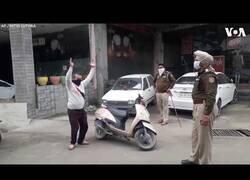 Enlace a La policía de India castiga con ejercicio físico a los que salen de casa durante la cuarentena