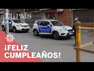 La policía regala y felicita a los niños que cumplean años durante la cuarentena