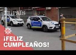 Enlace a La policía regala y felicita a los niños que cumplean años durante la cuarentena