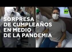 Enlace a Médicos preparan una fiesta de cumpleaños sorpresa a un enfermo de COVID-19