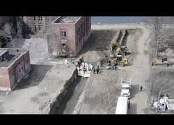Enlace a Un dron capta las imágenes de un entierro masivo de féretros no reclamados en una fosa común de Nueva York