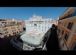 Enlace a La Fontana di Trevi vacía a vista de pájaro