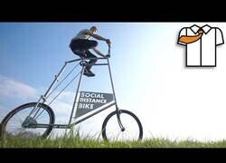 Enlace a Un hombre construye la bicicleta ideal para respetar el distanciamiento social