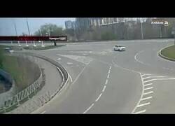 Enlace a Un conductor colisiona con una rotonda y otro coche sufre el mismo accidente pocos minutos después