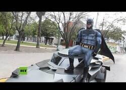 Enlace a Batman recorre las calles de Monterrey (México) con su Batmóvil para concienciar a la gente de que se quede en casa