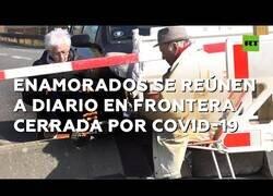 Enlace a Dos ancianos enamorados se reúnen todos los días en la frontera cerrada por el coronavirus