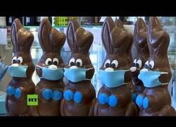 Enlace a Una pastelería griega elabora conejos de pascua con mascarillas