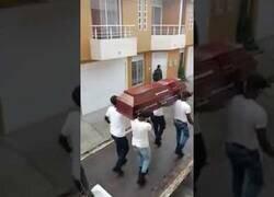 Enlace a Policías de Colombia se disfrazan del meme del ataúd para concienciar a la población