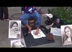 Enlace a Hombre sin brazos dibuja retratos con sus pies en Medellín, Colombia