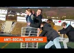 Enlace a Con amigos así, el distanciamiento social es todo un alivio