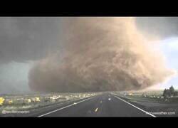 Enlace a Un conductor se dirige al origen de un tornado gigante en lugar de huir de él