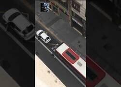 Enlace a Un bus embiste un coche en una discusión de tráfico