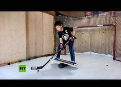 Enlace a El curioso entrenamiento de hockey de este niño en su casa