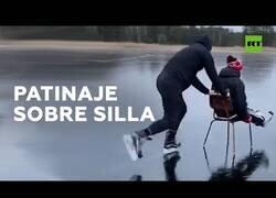 Enlace a Patinando sobre un lago congelado con una silla