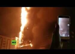 Enlace a Un gran incendio acaba con un rascacielos en Emiratos Árabes