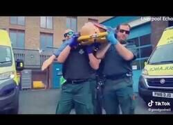 Enlace a La parodia del meme del ataud que el servicio británico de ambulancias tuvo que borrar