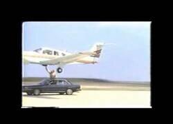 Enlace a El día que un hombre ayudó a aterrizar a una avioneta con sus propias manos