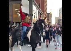 Enlace a Un manifestante en Chicago roba el caballo de un policía