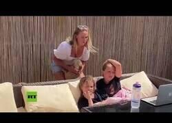 Enlace a Una enfermera se reencuentra con sus hijas tras la cuarentena