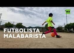 Enlace a Un niño de 9 años da toques al balón mientras salta a la comba con los ojos bendados