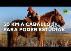 Enlace a Un niño de 7 años recorre 30 km a caballo para poder estudiar