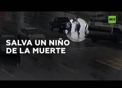 Enlace a Un hombre salva a un niño de ser atropellado por la furgoneta en la que viajaba