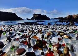 Enlace a Glass Beach: La playa llena de basura que logró convertirse en un lugar único