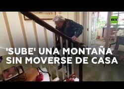 Enlace a Una mujer de 90 años sube una montaña sin moverse de casa