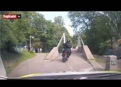 Enlace a Policías noruegos persiguen a dos delincuentes en moto por un parque