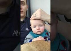 Enlace a Padre pone a dormir a su hijo con una sola mano