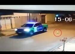 Enlace a Policías argentinos intentan explotar un globo con su coche patrulla