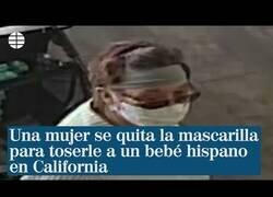 Enlace a Lamentable: Una mujer se quita la mascarilla para toser sobre un bebé en California