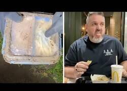 Enlace a Un hombre se come una hamburguesa que había enterrado en su jardín un año atrás