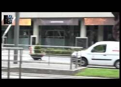 Enlace a Un policía fuera de servicio reduce a un delincuente en Bilbao