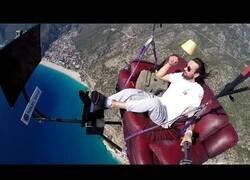Enlace a Se tira en paracaídas con su sofá y su tele