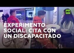 Enlace a Experimento social: ¿Cómo reaccionarías si tu cita fuera en silla de ruedas?
