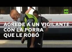 Enlace a Una mujer agrede a un vigilante con su propia porra en el tren de Barcelona