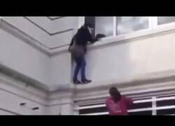 Enlace a Una mujer trepa un edificio para encontrarse con un paciente de COVID