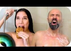 Enlace a Diferentes tipos de personas en la ducha