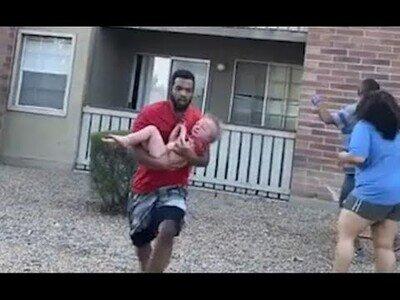 Un hombre atrapa al vuelo a un niño que arrojaron de un balcón por un incendio